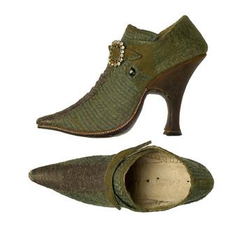 Par de zapatos femeninos. 1730 Museo del Traje. Madrid.