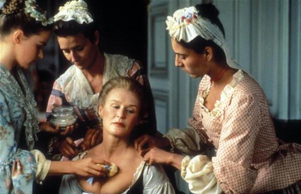 Director Stephen Frears. 1988. Las amistades peligrosas. Glen Close maquillada por sus sirvientas. En este fotograma vemos como madame de Merteuil (encarnada por Glen Close) es atendida por sus doncellas, una de ellas le empolva el escote.