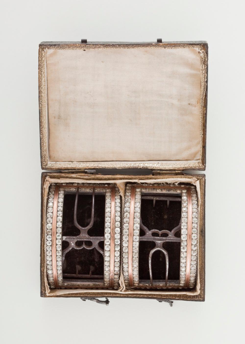 Hebillas para zapatos masculinos con su caja. Francia. 1785