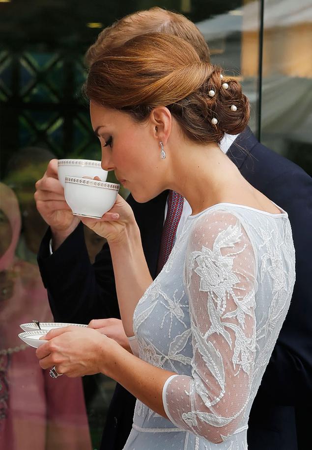 Kate Middleton tomando una taza de te.