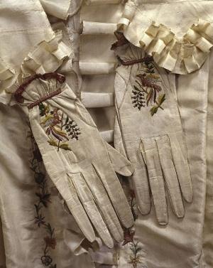 Pareja de guantes bordados. Siglo XVIII.