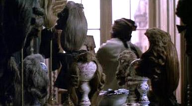 """Fotograma de la película """"Las amistades peligrosas"""" donde se aprecian las pelucas de Valmont.- Stephen Frears. 1988."""