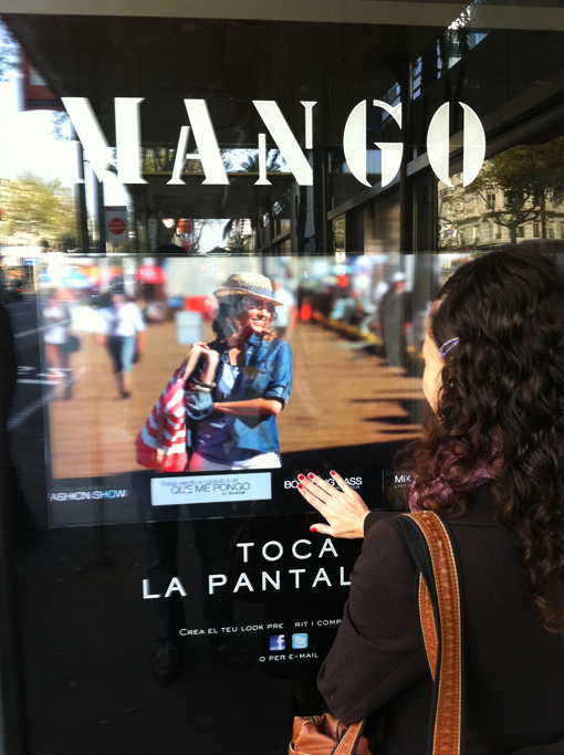 Publicidad  de la firma de ropa Mango.