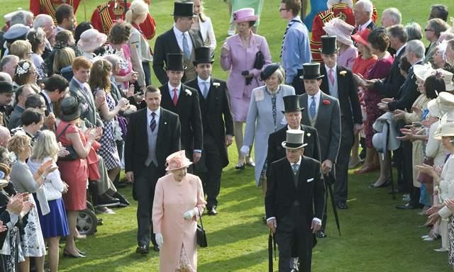 La reina invitó a 8.000 personas a tomar te como manda la tradición.