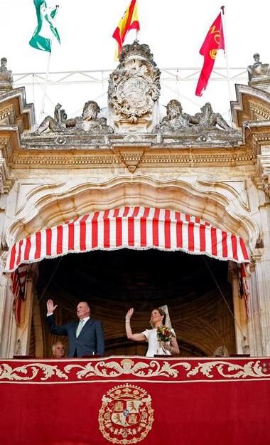 Don Juan Carlos junto con la infanta Elena y el teniente de hermano mayor Alfonso Guajardo-Fajardo en el palco real de la Maestranza.