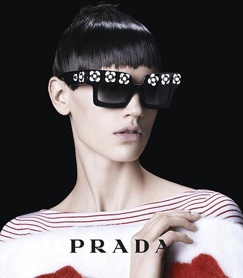 Publicidad de gafas de la marca Prada.