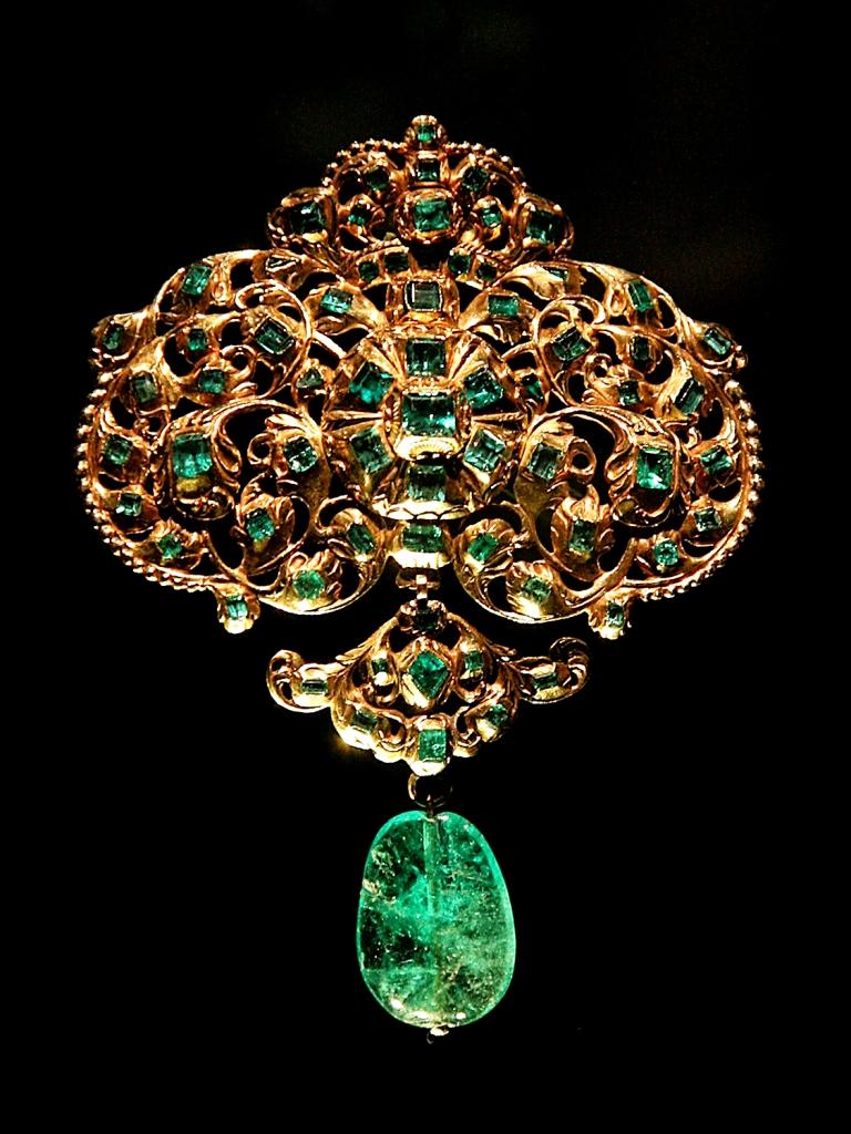 Broche español de oro y esmeraldas. Siglo XVIII. Museo Victoria y Alberto. Londres.