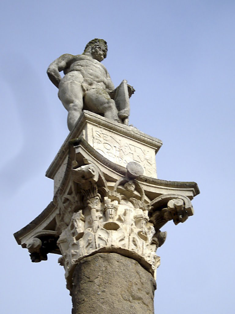 Escultura de Hércules, fundador mítico de Sevilla en el Paseo de La Alamadena de Hércules. Sevilla.