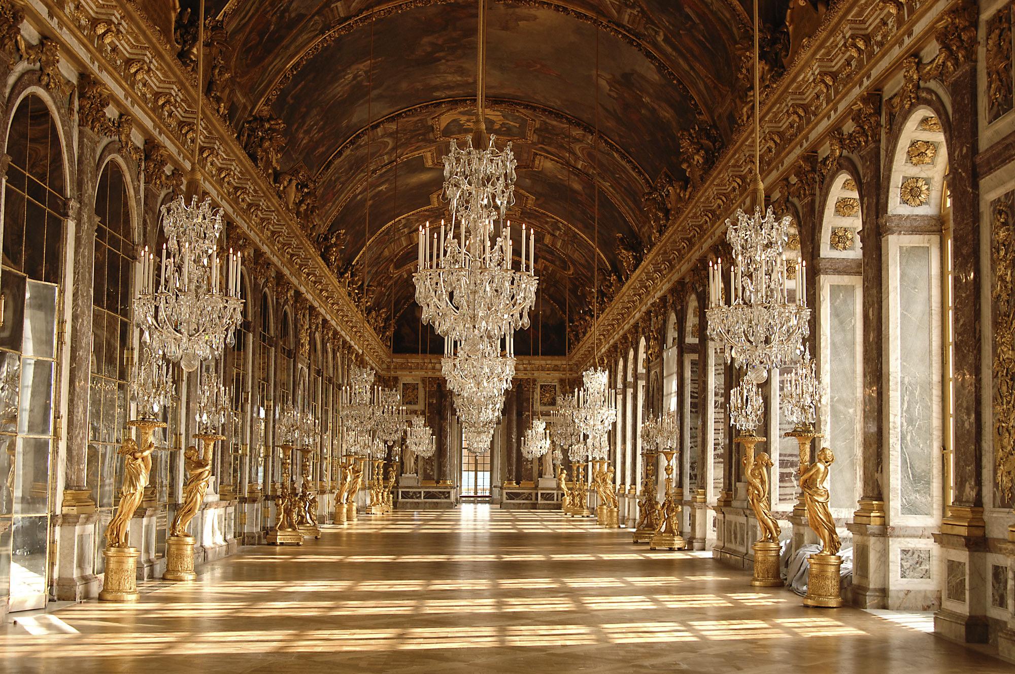 J.H. Mansart y Charles Lebrun. Galería de los Espejos. 1678-1684. Palacio de Versalles. La Galería de los Espejos, de 70 metros de largo y 10'50 metros de ancho, supuso un hito en su tiempo ya que permitía a las personas verse de cuerpo entero