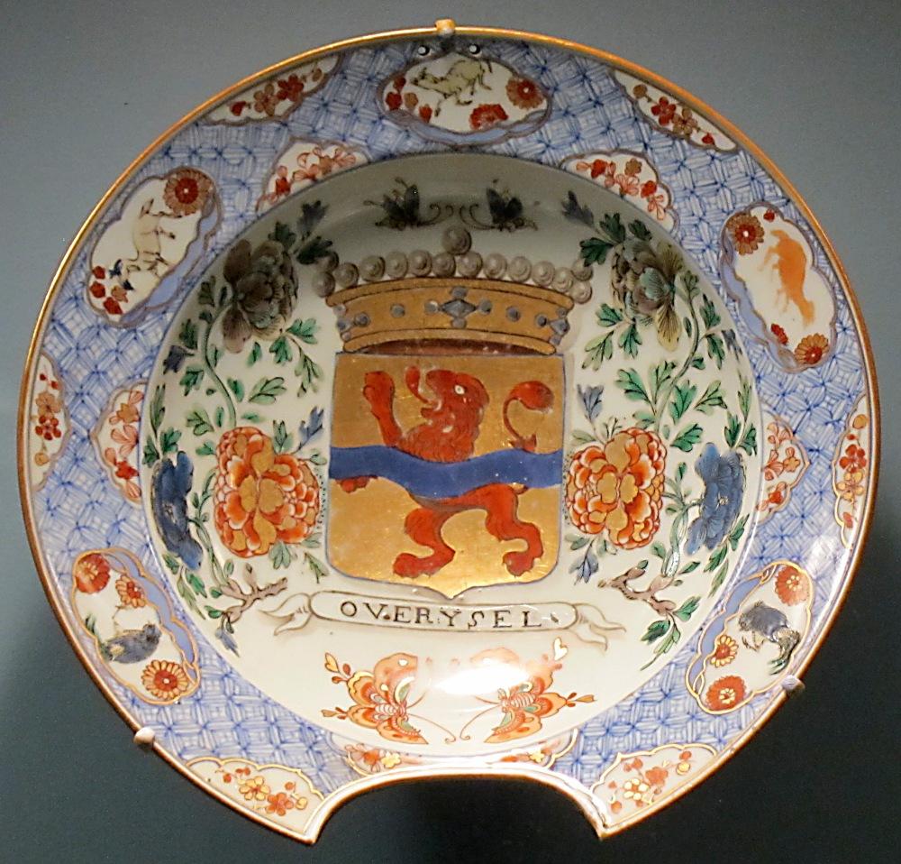 Bacía de barbero. Porcelana vidriada de pasta dura, esmaltada con decoracion de la familia azul con escudo de armas de familia Holandesa. China. Hacia 1700. Honolulu Academy of Arts.