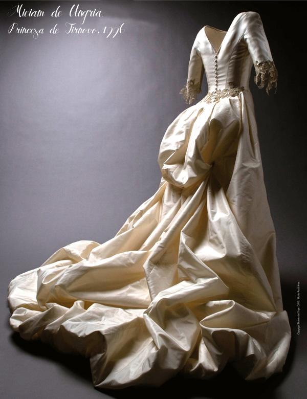 Basaldua-miriam de Ungría 1996 razzimir con bordado de seda sobre malla dorada y cola abullonada en tafetán de seda natural