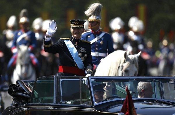 Felipe VI saludando desde el coche.