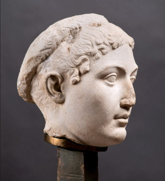 Imagen facilitada por la Pinacoteca de París que muestra un busto en mármol de la reina Cleopatra creado a mitad del siglo I antes de Cristo.