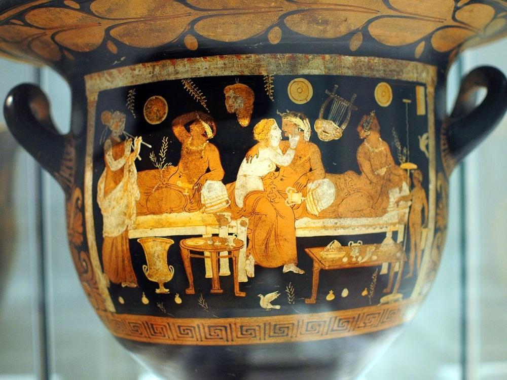 Crátera de figuras rojas con escena de un symposium. Cumas.340-330 a .C. Museo Arqueológico de Nápoles.