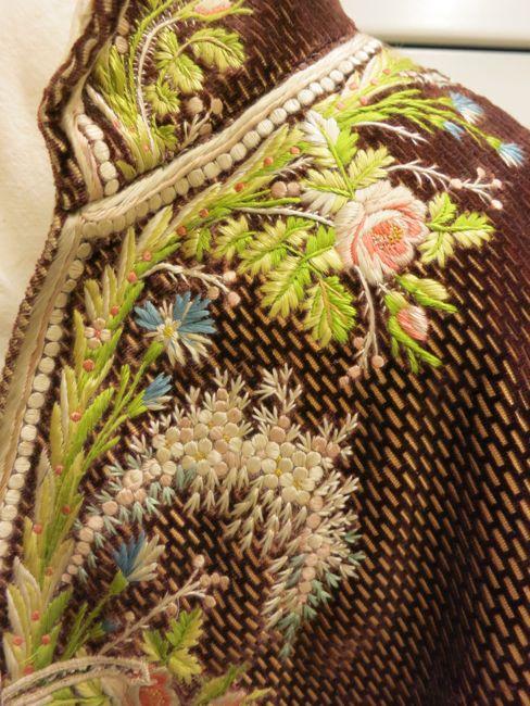 Casaca masculina bordada. Siglo XVIII. Detalle del cuello  y pechera.