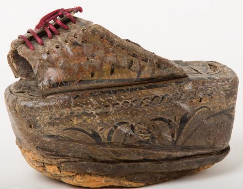 Chapin de cuero de la Alambra. Calzado muy característico que destaca por su alta suela. Se usó como calzado de calle como modo de estilizar la figura y protegerse del barro de las calles.