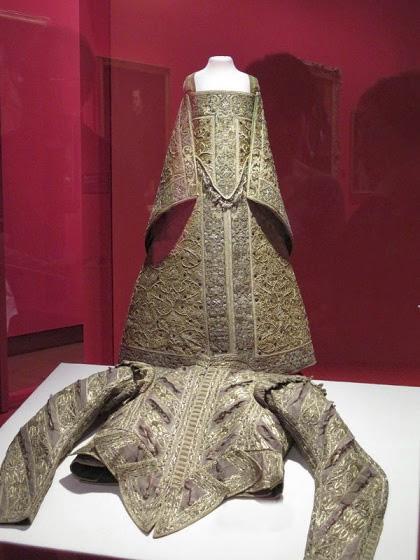Traje cortesano supuestamente donado al Monasterio de San Clemente, Toledo, por la infanta Isabel Clara Eugenia.
