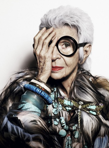 Iris Apfel lleva abrigo de piel y joyas vintage y broche de Rara Avis by Iris Apfel para HSN. Foto: Alique. Realización: Sonny Groo. Maquillaje y peluquería: Manami (Atelier Management).