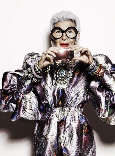 Vestido de Dolce & Gabbana, joyas vintage y brazaletes de colores de Rara Avis by Iris Apfel para HSN. Foto: Alique. Realización: Sonny Groo. Maquillaje y peluquería: Manami (Atelier Management).