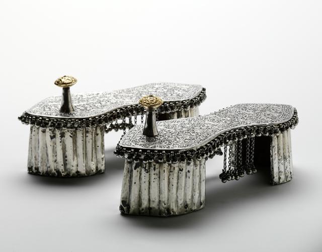 """Zapatos de boda """"paduka""""de la India. Oro y plata sobre madera. Hacia1800. © Victoria &  Alber Museum. Londres."""