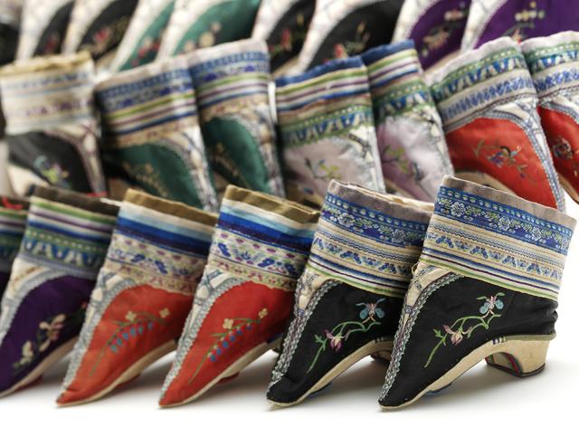 Zapatos para vendado de pies. China. Finales del siglo XIX. © Victoria & Alber Museum. Londres.