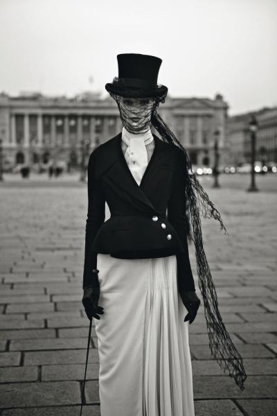 Chaqueta y falda de lana pertenecientes a la colección de alta costura primavera-verano 2010 de Dior.