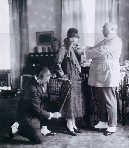 Paul Poiret en su taller con una clienta.
