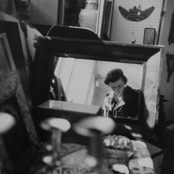 Vivian Maier. Self-portrait, Chicago area, 1971. Gelatina de plata. 30,5 cm x 30,5 cm