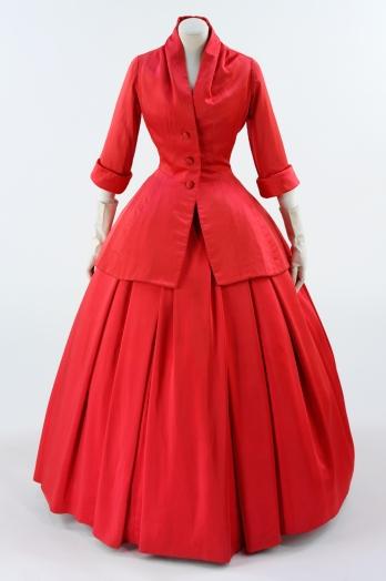 Cristian Dior. Vestido de noche. Otoño-Invierno 1895-1955. Museo Victoria y Alberto . Londres.