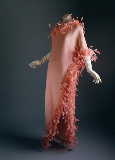 Givenchy. Vestido de noche. Seda, plumas. 1968-1969. Metropolitan Museum. Nueva York.