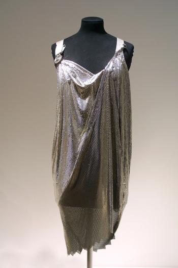 Versace. Vestido de coctel, primavera-verano 1994. Museo Victoria y Alberto. Londres