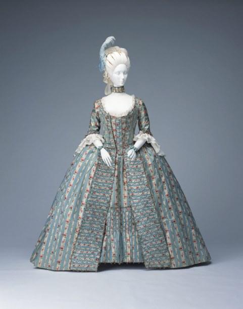 Vestido a la francesa. Brocado de seda de Lyon con decoración de rayas blancas con flores. Francia. Hacia 1770-1775. Instituto de la Indumentaria. Kyoto.