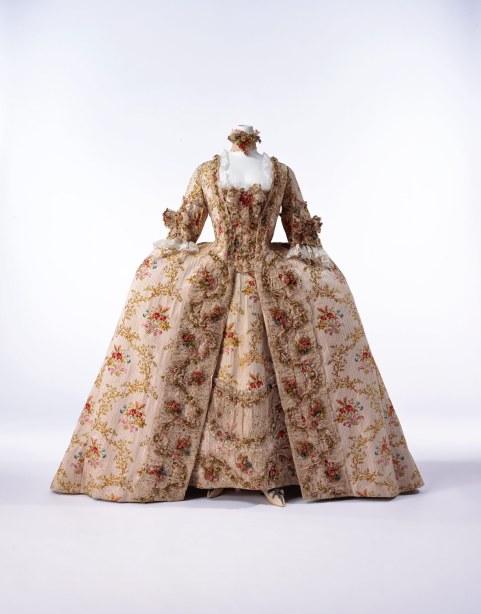 Vestido a la francesa. Seda de Lyon. Francia. Finales de la década de 1770. Instituto de la Indumentaria. Kyoto.