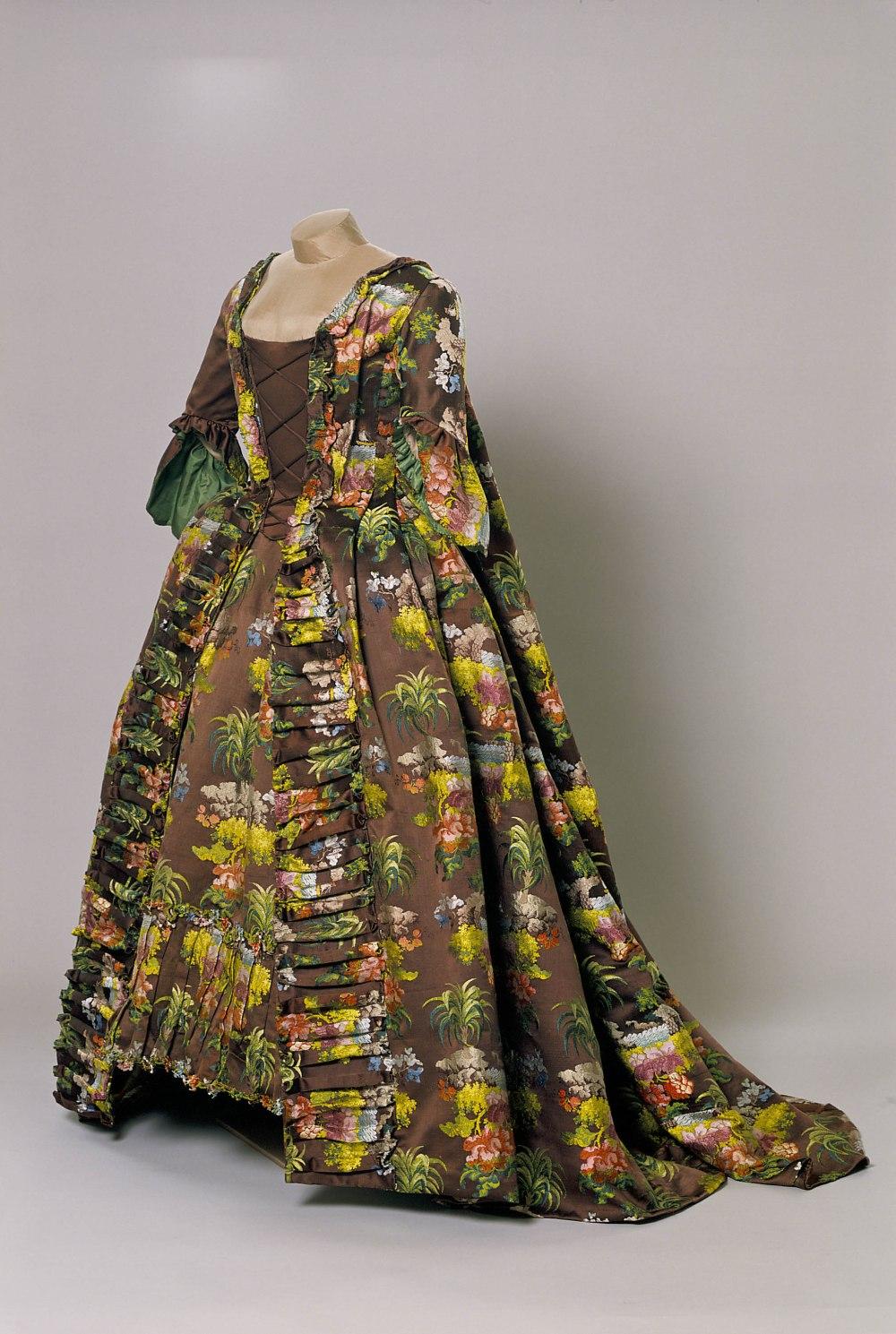 Vestido a la francesa. Siglo XVIII. Museo de la Seda. Lyon.