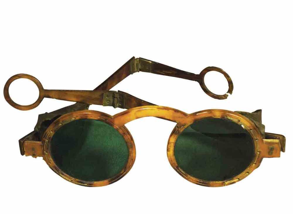 Gafas con cristal ahumado y patillas plegables. Siglo XVIII.