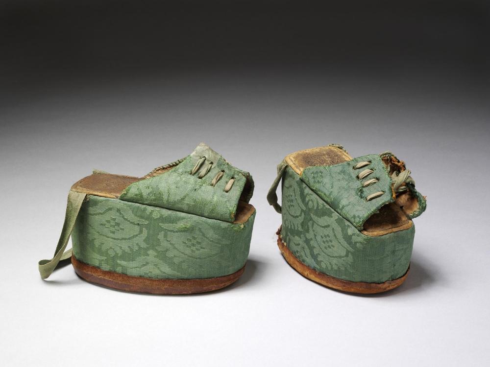 Chapines. España. 1580-1620. Victoria & Albert Museum. Londres.