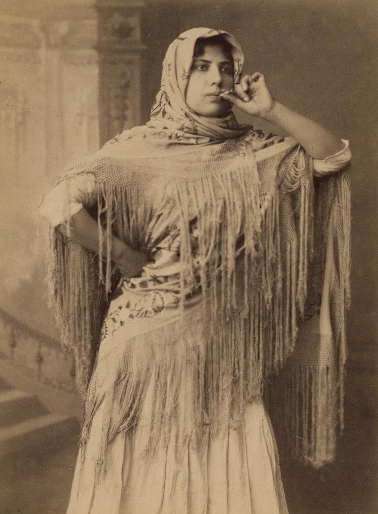 Cigarrera fumando. 1880.
