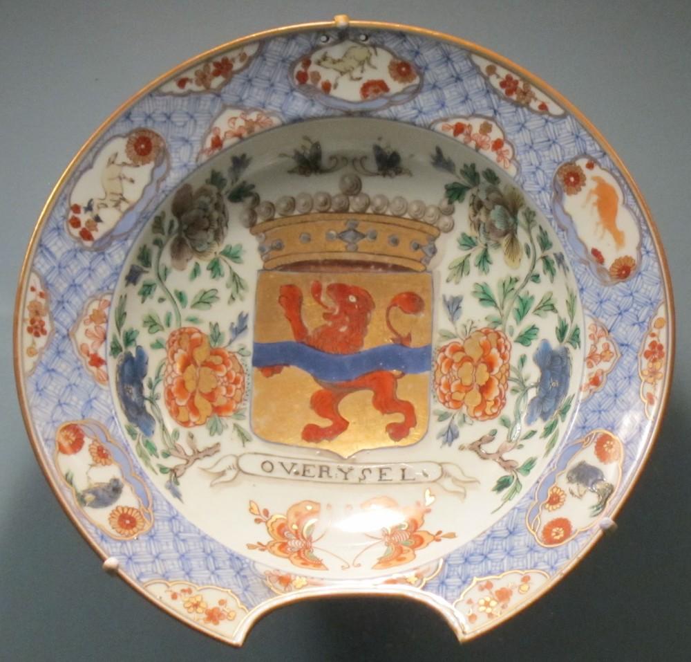 Bacía de barbero. Porcelana vidriada de pasta dura, esmaltada con decoración de la familia azul con escudo de armas de familia Holandesa. China. Hacia 1700. Honolulu Academy of Arts.