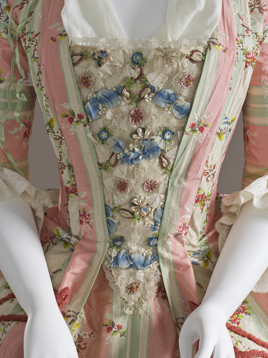 Peto. Vestido a la francesa. España. Textil francés. Hacia 1775. LACMA. Los Ángeles.