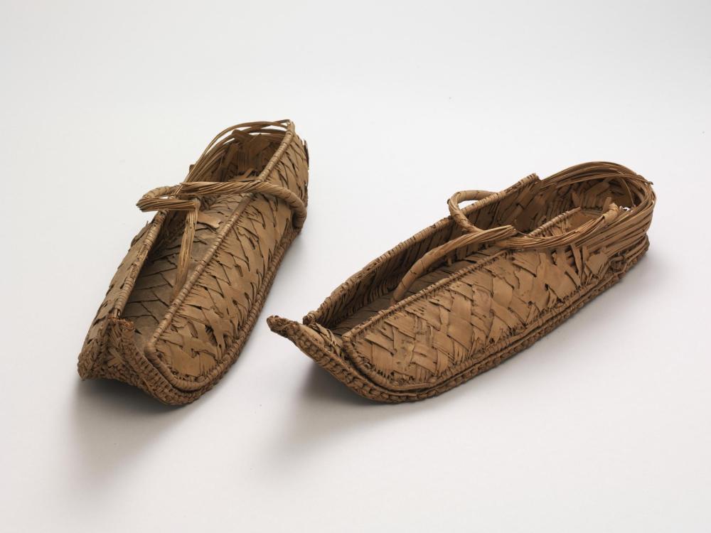 Par de zapatos. Egipto. Periódo akemenida (probablemente). Hacia 1550-1070 antes de Cristo. Victoria and Albert Museum.