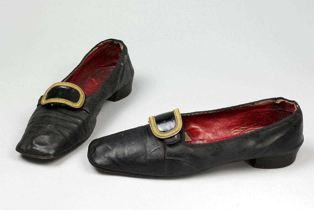 Zapato de hombre con hebilla. 1830-50. Museo Victoria and Albert. Londres.