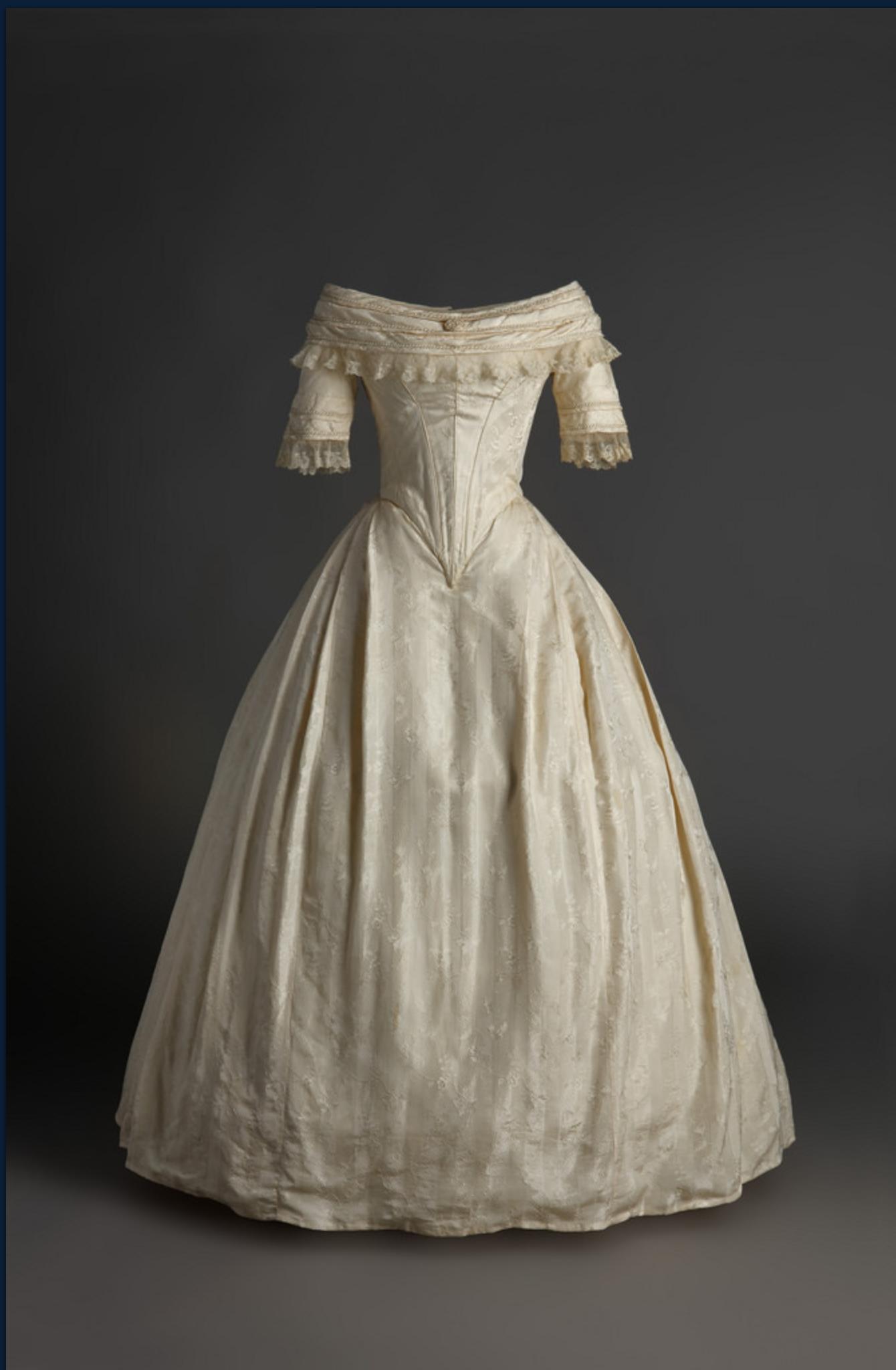 Vestido de novia de seda labrada. 1840. Museo del Traje. Madrid.