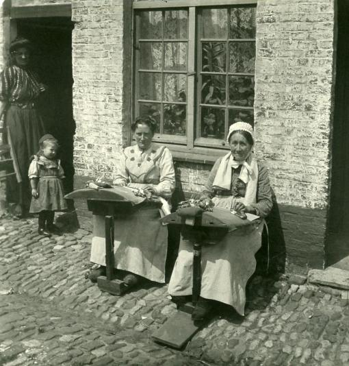Mujeres encajeras. Brujas. Hacia 1900.