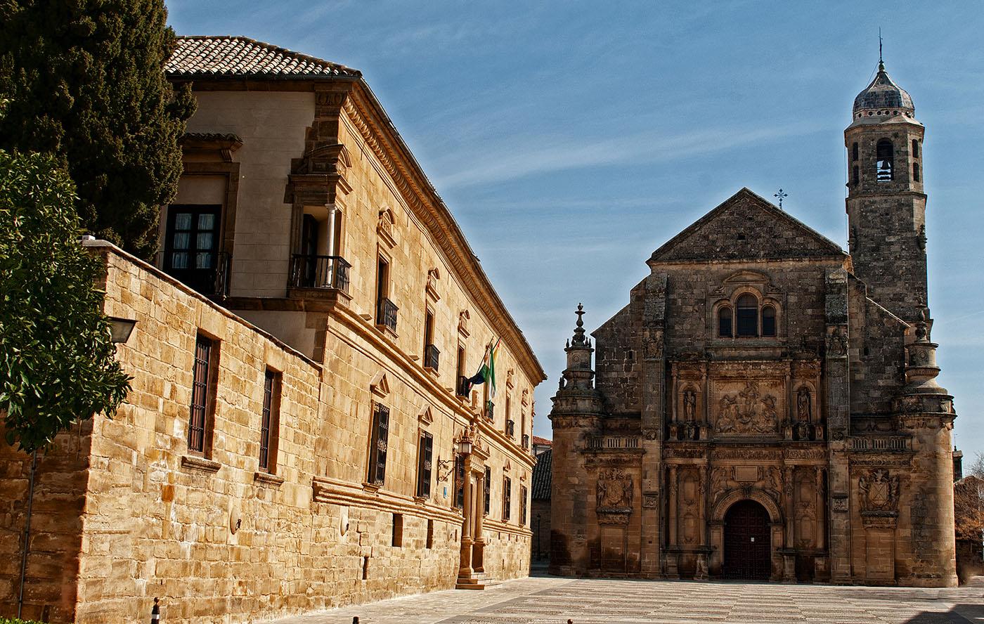 Vista parcial de la plaza Vázquez de Molina, con el Palacio del Deán Ortega a la izquierda y la Sacra Capilla del Salvador al fondo.