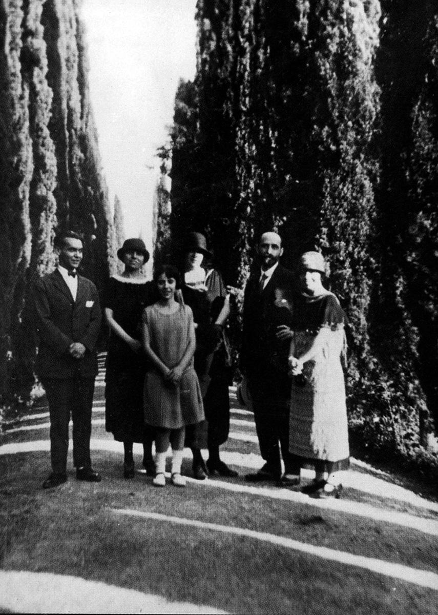 De izquierda a derecha, Federico, Zenobia Camprubí, Isabel García Lorca, Emilia Llanos, Juan Ramón Jiménez y Concha García Lorca en el Paseo de los Cipreses del Generalife. Verano de 1924. Foto: Fundación FGL.