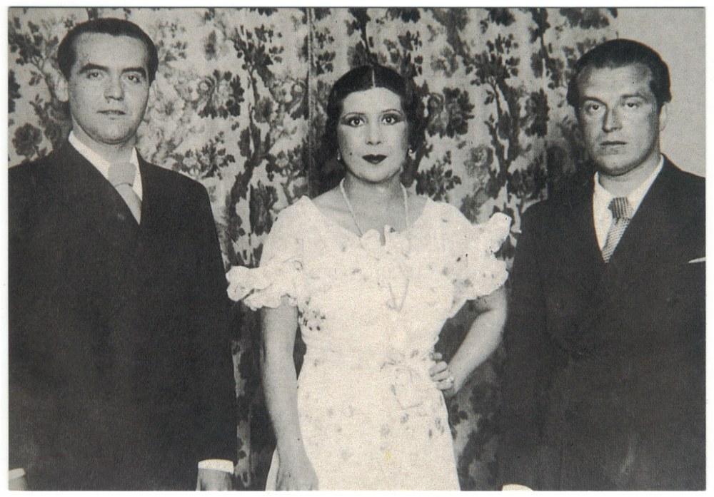 La Argentinita flanqueada por los poetas Federico García Lorca y Rafael Alberti
