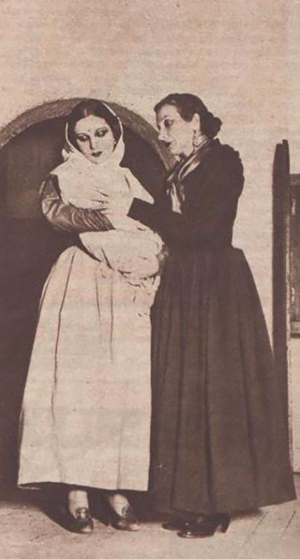 Margarita Xirgu y Pilar Muñoz en una escena del estreno de la obra de teatro Yerma. 1934. Crónica Magazine. Madrid. 1935