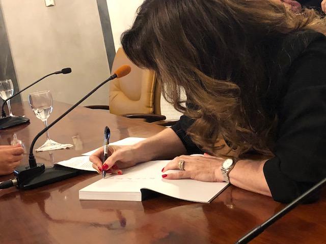 Yo firmando mi libro