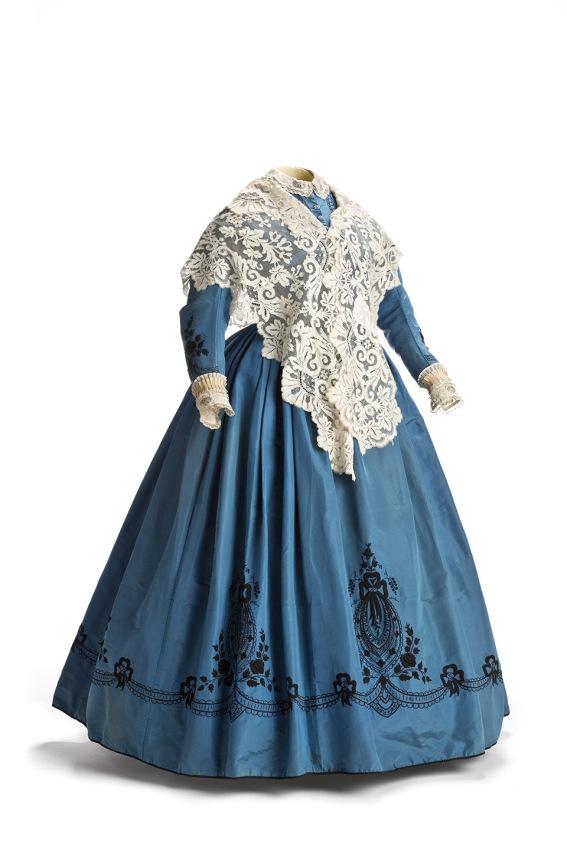 Traje y mantilla de blonda. 1850-1860. Museo del Romanticismo. Madrid.