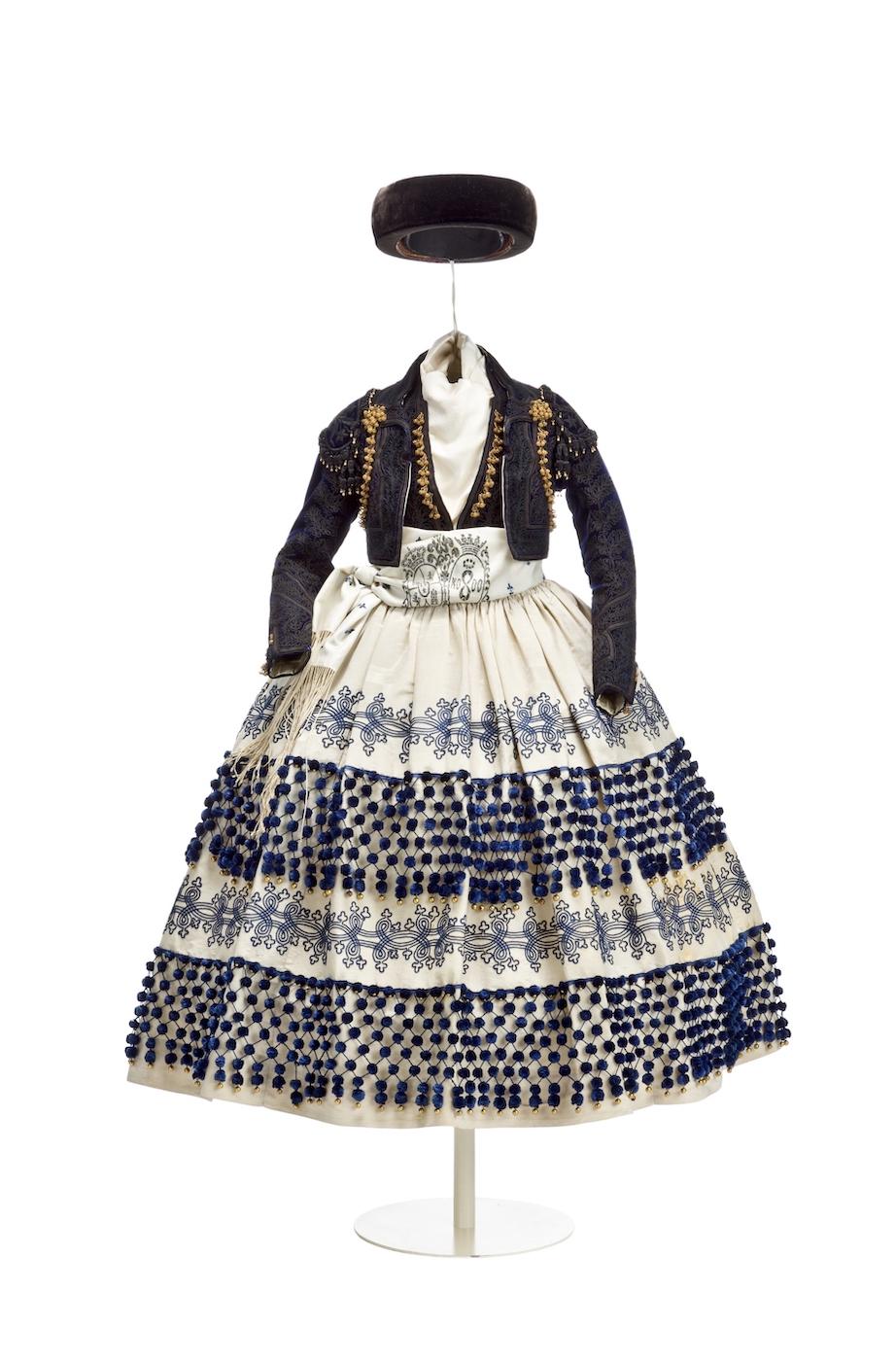 Traje de maja de infanta Isabel de Borbón. Hacia 1862. Museo del Traje. Madrid.